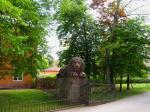 Einer der Löwen am Eingang des Schloßparks